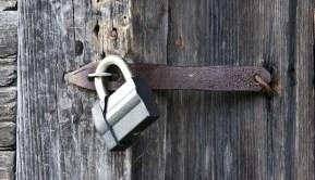 Modern cadeado em uma porta de madeira velha